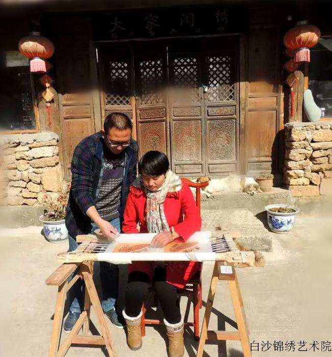 Chenzhi the vice principal of the Institute is teaching Shen Sihan(who has handocap) how to embroider