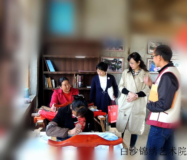 Chen Anrong, the president of lijiang women's federation investigated Baisha Naxi Embroidery Institute