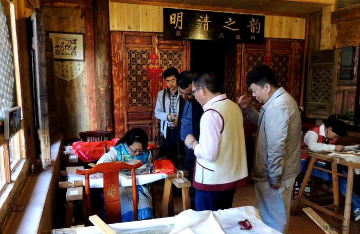 Qi Xiaoyong,the vice director of the Department of Yunnan Human Resources and Social Security investigated Baisha Naxi Embroidery Institute