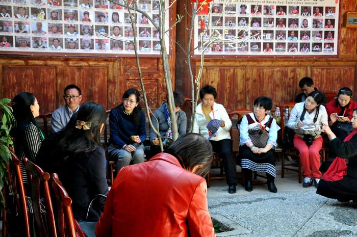 (Lijiang cultural exchanges festival)The vice Chairwoman of Yunan Women's Federation hold a tea party with all Municipal the Chairwomen and Diplomats in Baisha Naxi Embroidery Institute