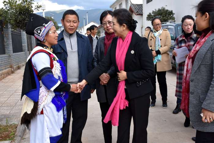 He Hongmei,President of Yunnan Women's Federation investigated Jiuan branch of Baisha Naxi Embroidery Insitute