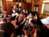 魏元才副院长向丽江国际文化交流活动的国外嘉宾介绍民族刺绣文化及技艺