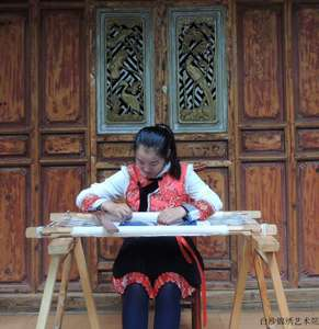 He Guixiang, Naxi nationality, senior embroiderer of Baisha Naxi Embroidery Institute