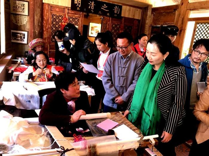 participants (Chairwomen and diplomats and consulate generals ffrom south Asian counties) of Lijiang Cultural Exchange Festival visited Baish Naxi Embroidery Institute