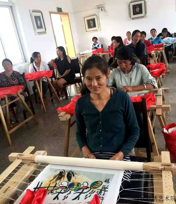 Chong Wanhua who could not speak finds her value and the suport of her own life within been enrolled into the branch of Baisha Naxi Embroidery Institute