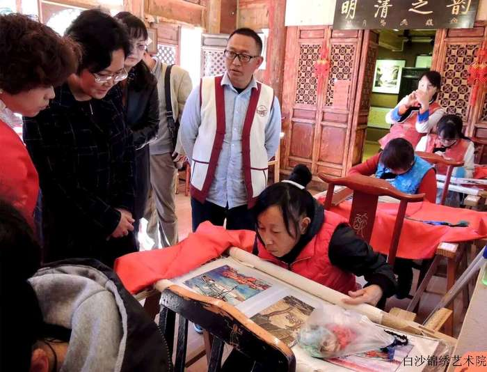 Lijiang,the Vice President of Yunnan Women's Federation investigated Jiuan branch of Baisha Naxi Embroidery Insitute