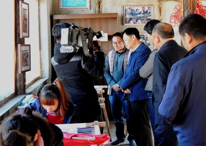 Xun Weidong,the vice director of the Department of Yunnan Human Resources and Social Security investigated Baisha Naxi Embroidery Institute