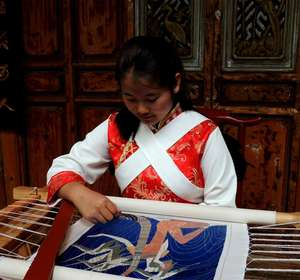 He Chunlan, the youngest senior Embroidery student of Baisha Naxi Embroidery Institute